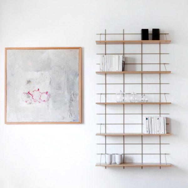 Étagère murale Gassien, grille laiton, chêne massif, composition