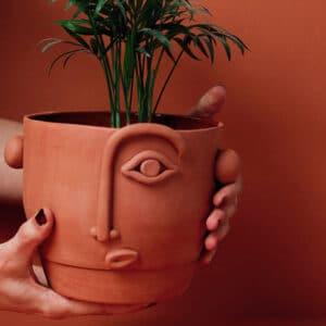 Cache pot visage en terre cuite design Madriguera